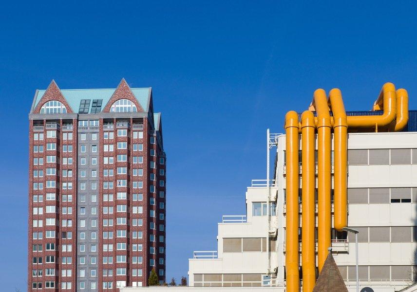 Bovenkant van bibliotheek in Rotterdam naast woonflat