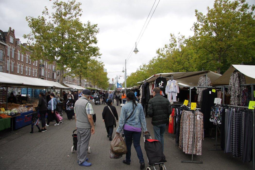 Mensen op de weekmark Afrikaanderplein in Rotterdam