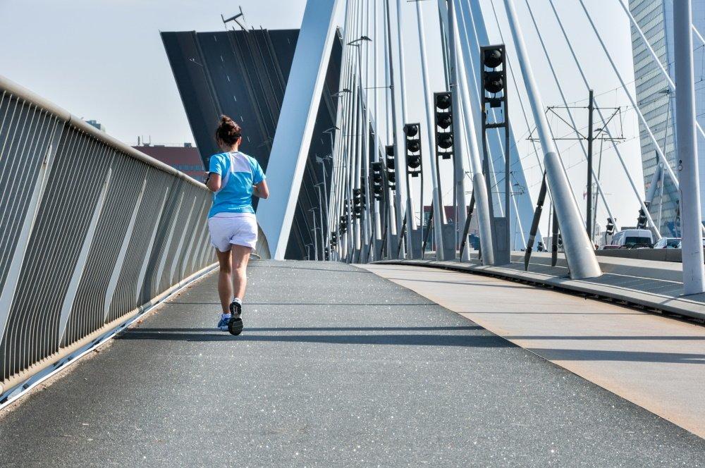 Hardloper bruggenloop op Erasmusbrug in Rotterdam