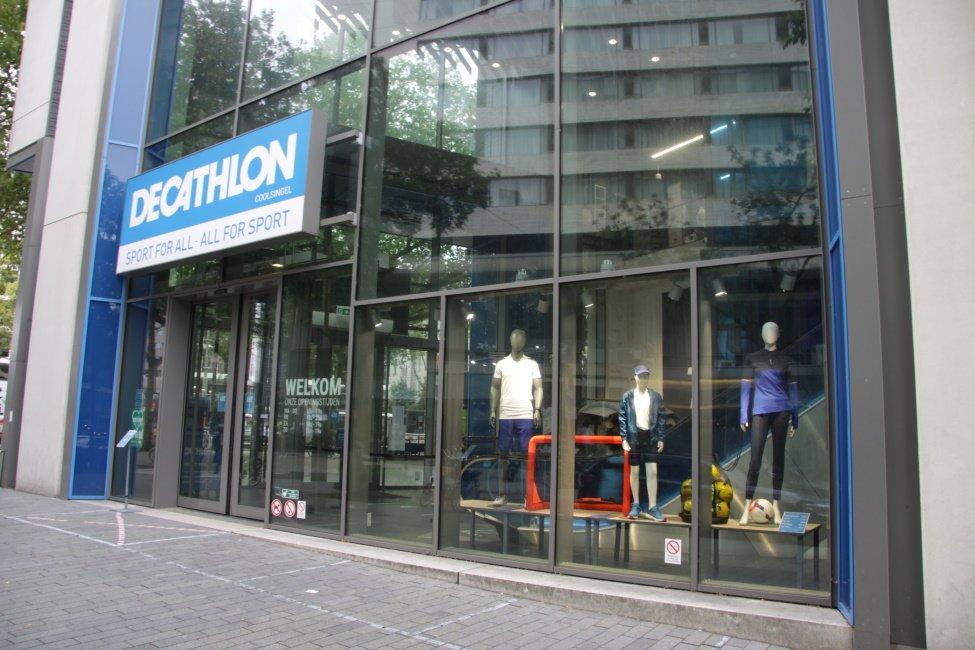 Etalage van Decathlon op de Coolsingel in Rotterdam