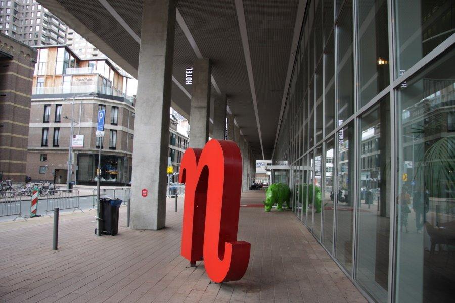De N en de groene neushoor voor Nhow hotel Rotterdam