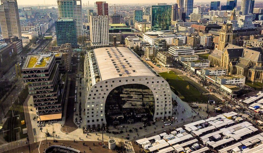 De Markthal in het midden van de skyline van Rotterdam