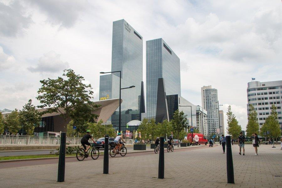Fietsers rijden door het centrum van Rotterdam