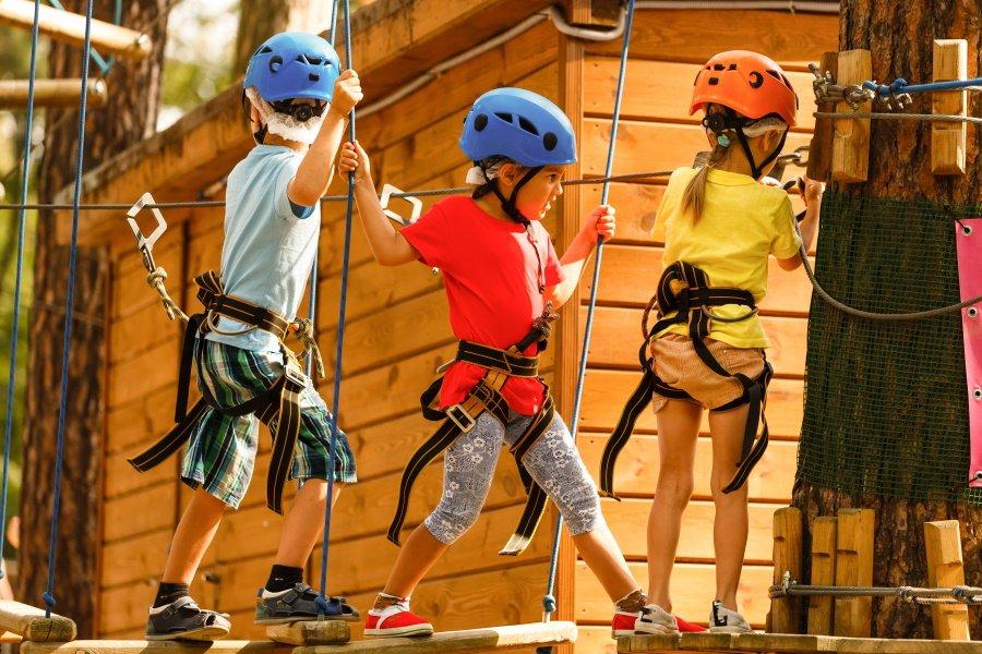 Kinderen die aan het klimmen zijn in Adventure City Rotterdam