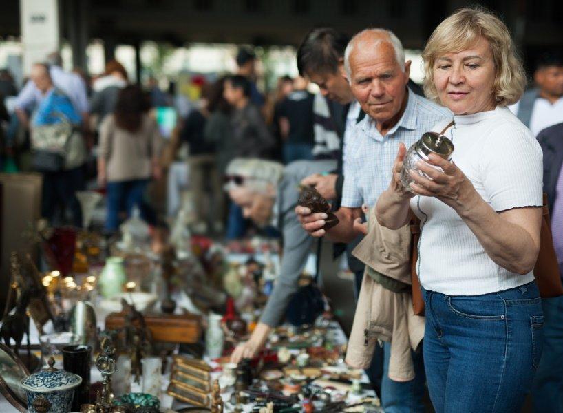Man en een vrouw bekijken spullen op de rommelmarkt in Rotterdam