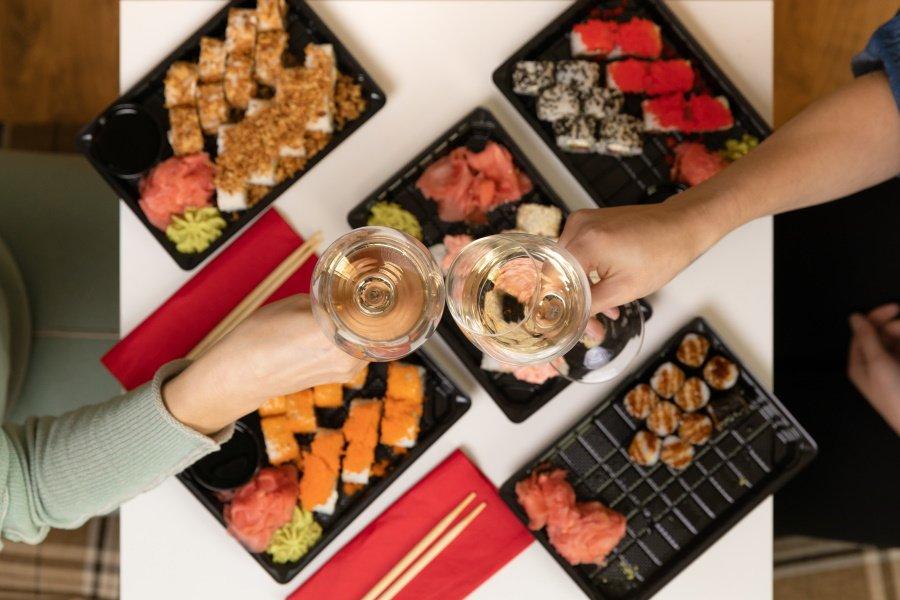 Sushi op tafel en proosten met wijn bij sumo Rotterdam