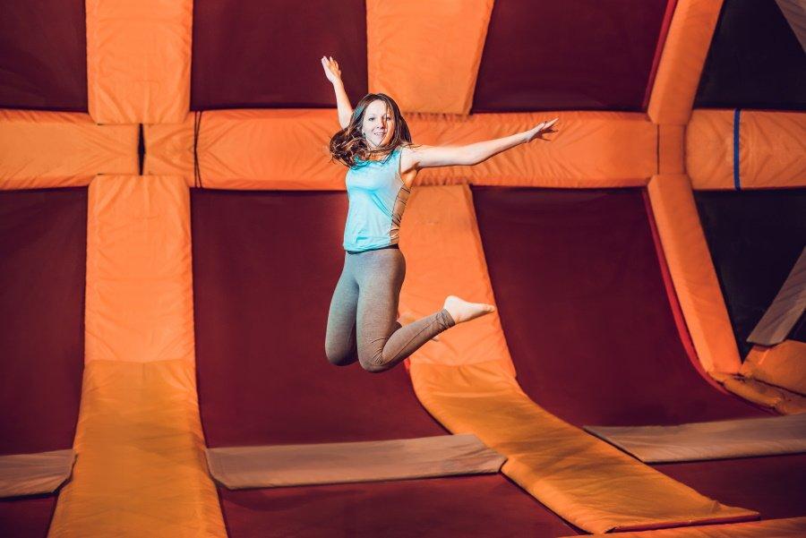 Een meisje maakt een sprong op een trampoline in jump XL Rotterdam