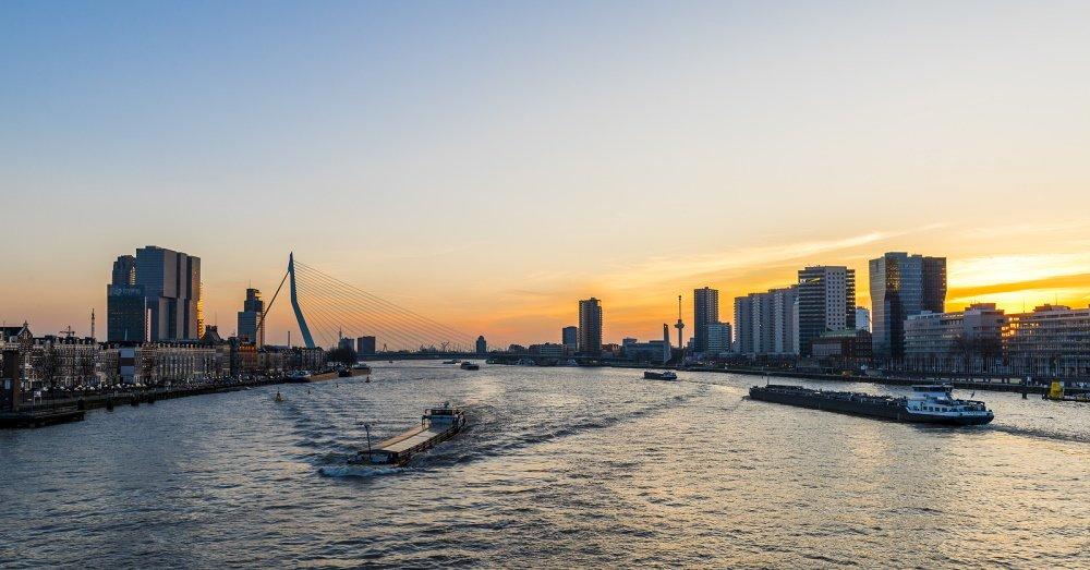 Uitzicht over de Maas en de skyline van Rotterdam