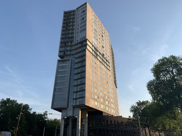 Het hoge gebouw waarin Art Hotel Rotterdam is gevestigd
