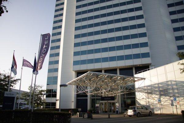 Het mooie gebouw van het Novotel Rotterdam ziet er prachtig uit in de zon