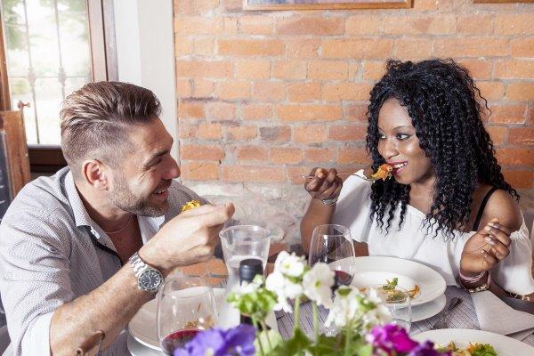 Een gelukkig stel is culinair aan het genieten van heerlijk eten in het Suite Hotel Pincoffs in Rotterdam